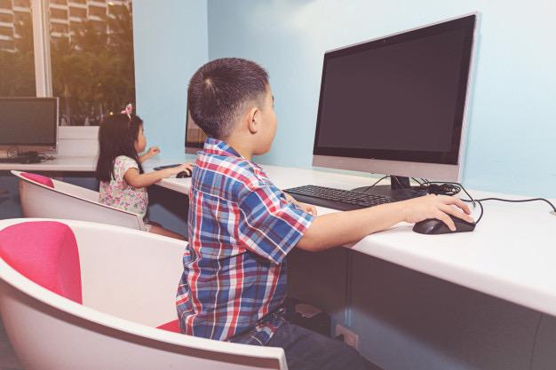 https://www.educfrance.org/wp-content/uploads/2019/12/garcon-fille-jouant-ordinateur_43314-1013.jpg
