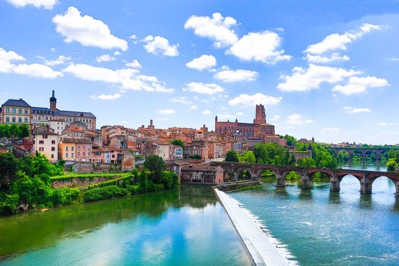 https://www.educfrance.org/wp-content/uploads/2020/02/00-holding-toulouse-france-travel-guide.jpg