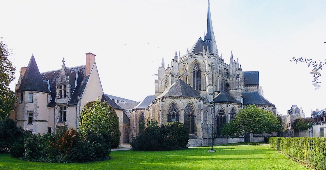 https://www.educfrance.org/wp-content/uploads/2020/02/Abbaye-Vendôme.jpg