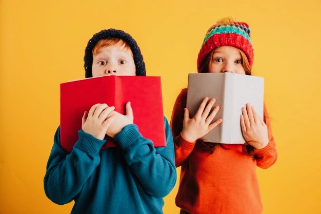 https://www.educfrance.org/wp-content/uploads/2020/02/deux-petits-enfants-roux-effrayes-couvrant-visages-livres_171337-1654.jpg