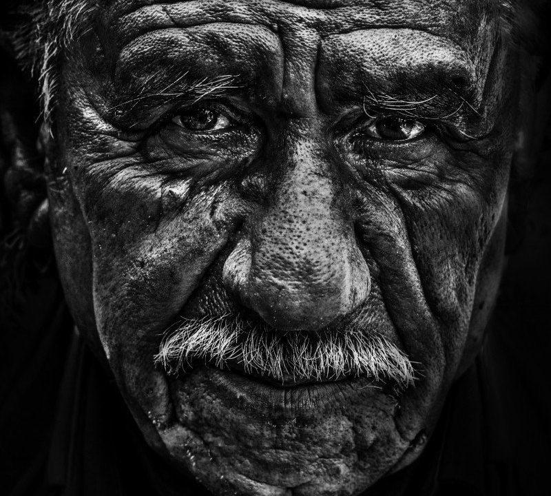 https://www.educfrance.org/wp-content/uploads/2020/02/old-man-portrait-face-black-and-white-senior-800x720.jpg